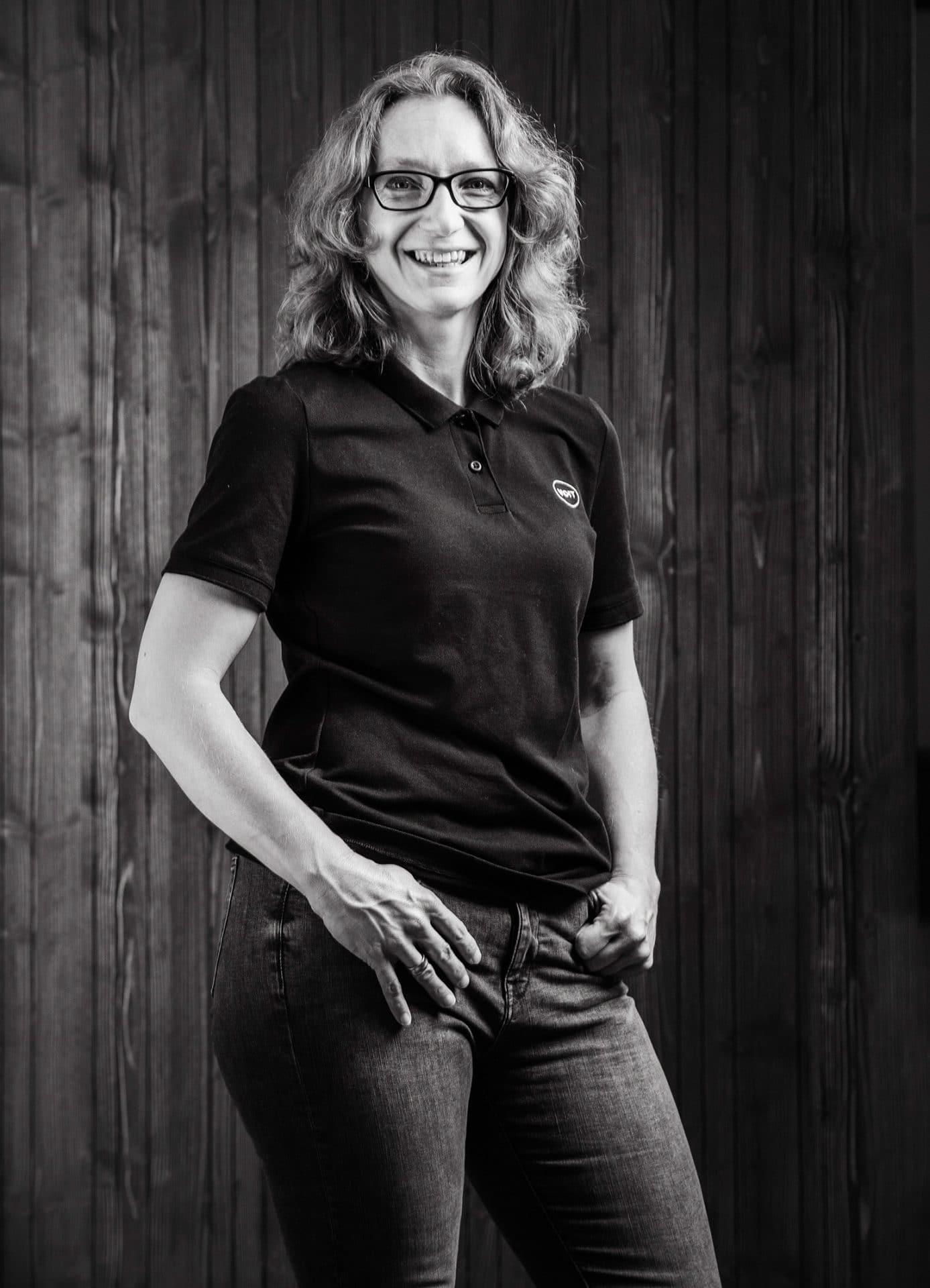Portrait von Karina Schreinerin der Firma VOIT - Bild in schwarz-weiß