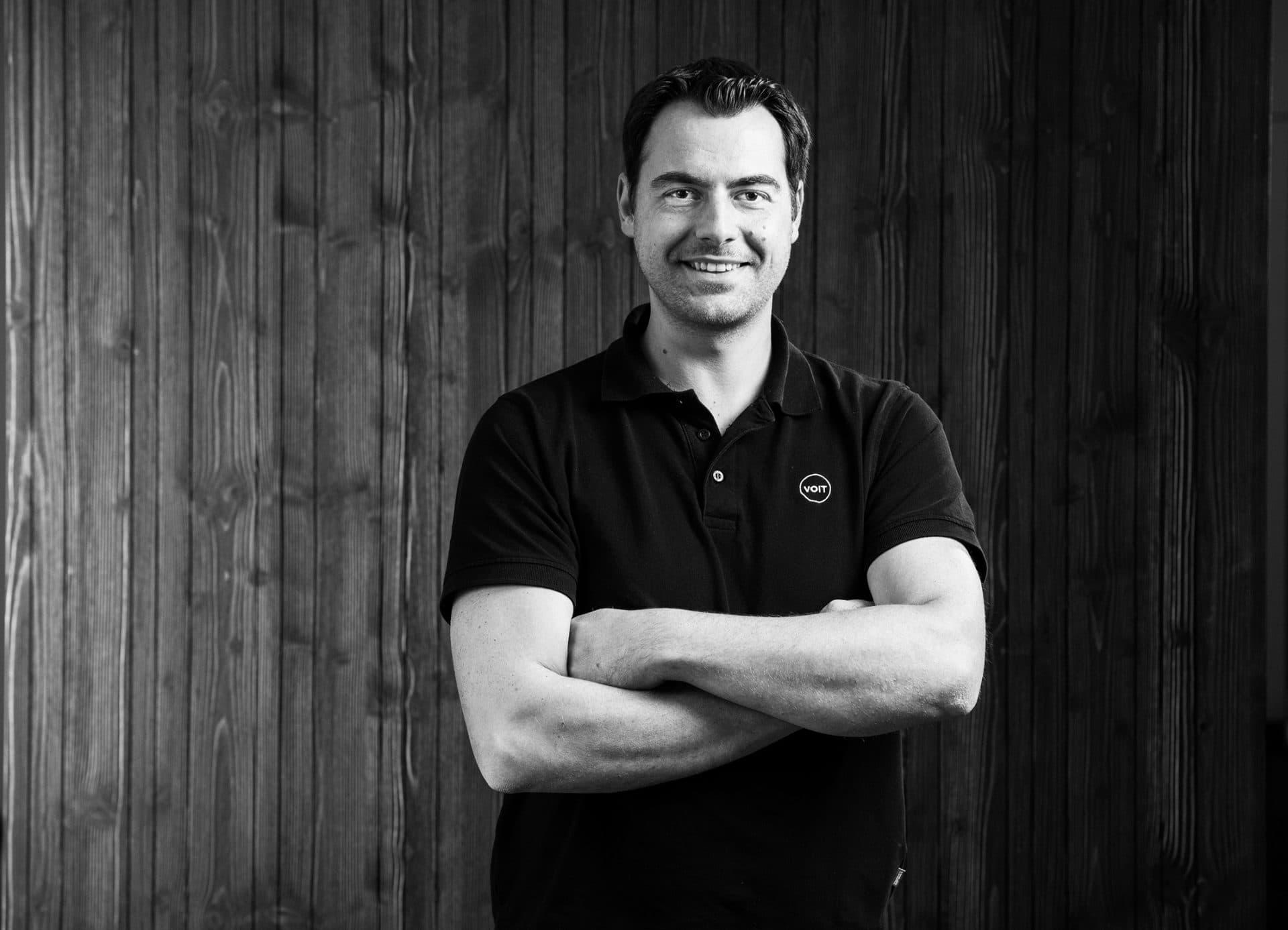 Portrait von Tobias Dörrich - Schreinermeister der Firma VOIT - Bild in schwarz-weiß