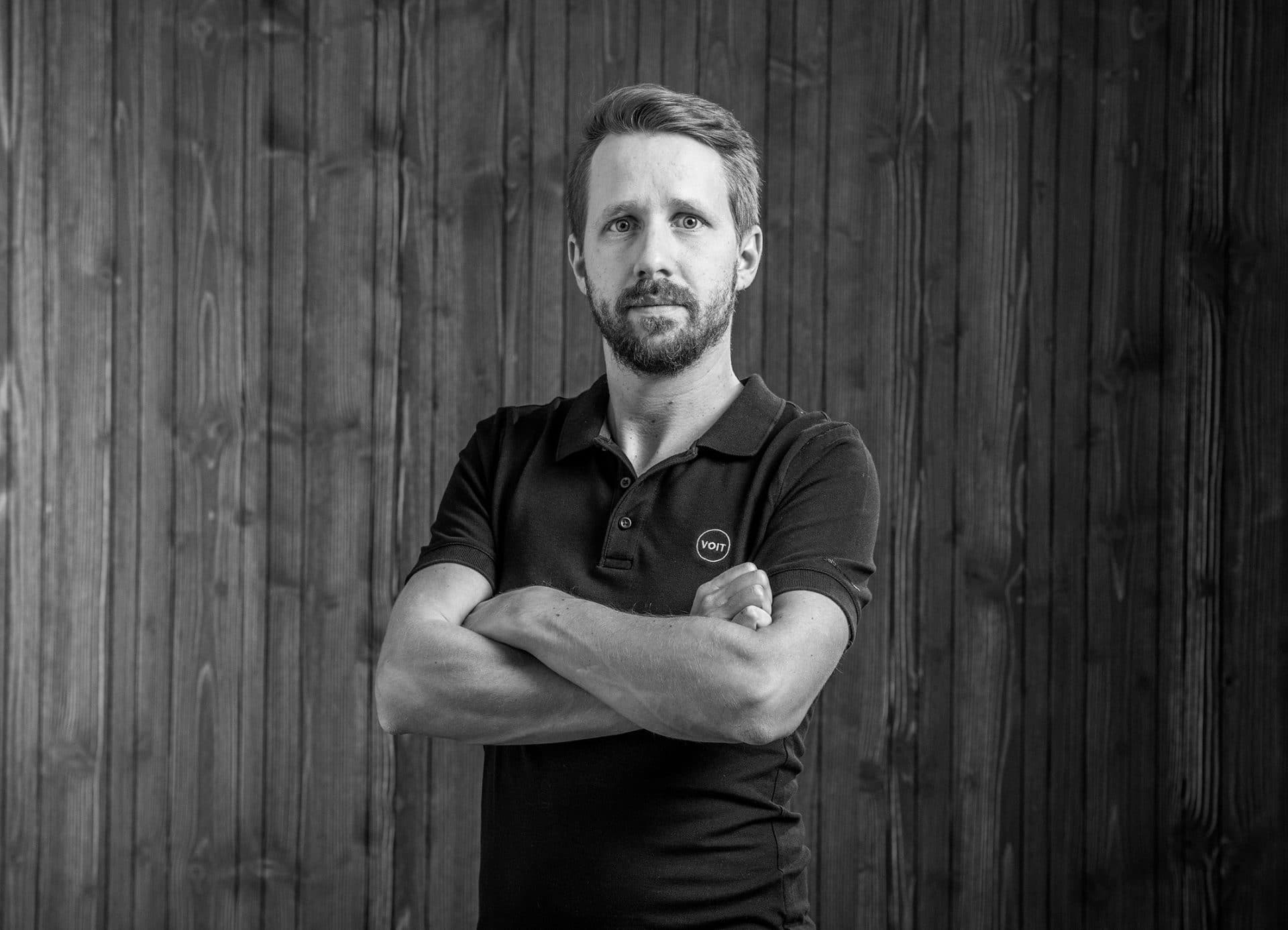 Portrait von Sebastian Voit - Schreinermeister/ Geschäftsführer - Schwarz-weiß Bild
