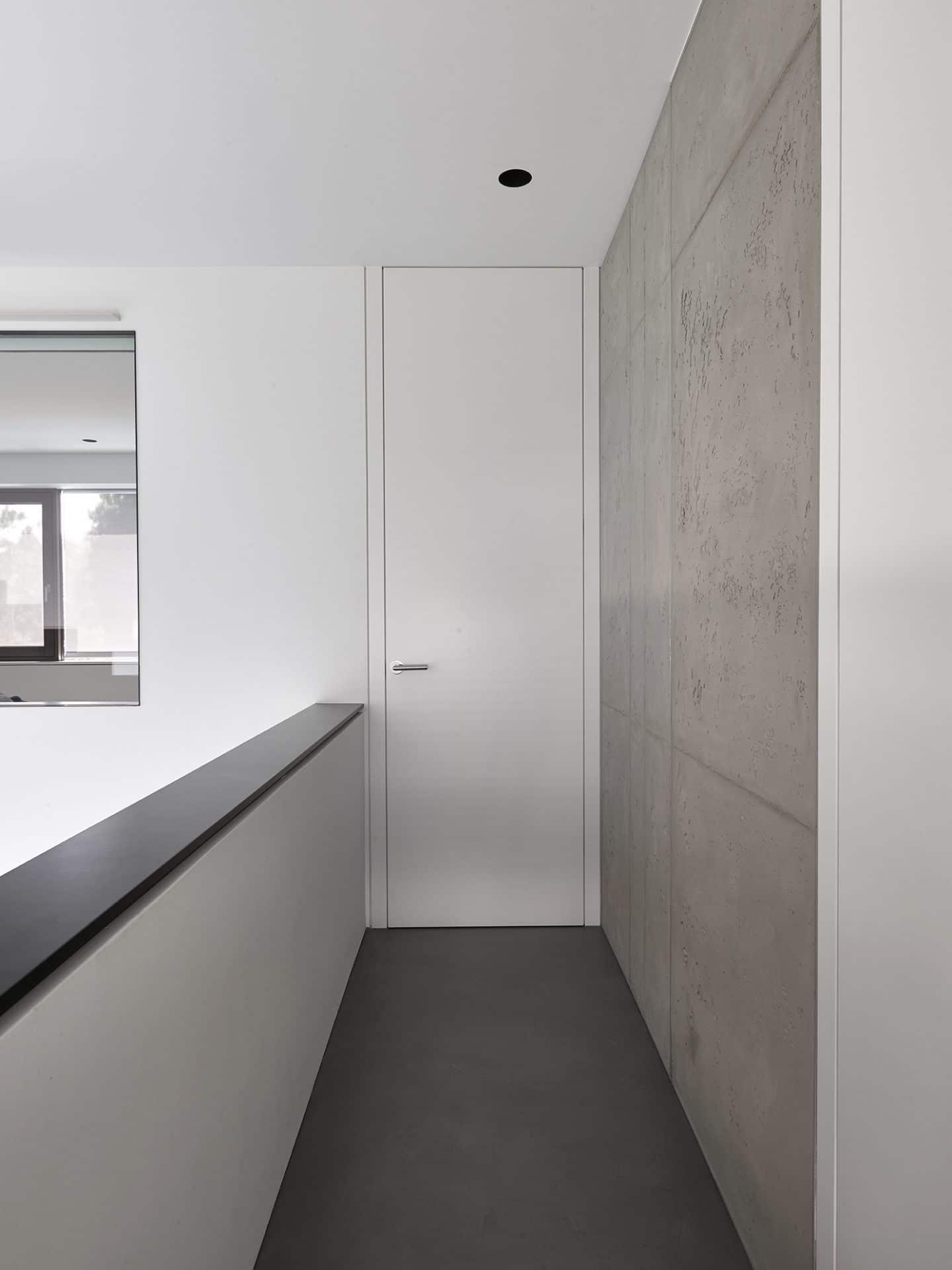 Küchendesign von VOIT aus geräucherter Eiche, Beton und Edelstahl - Gallery mit Wänden aus Beton und weißer Brüstung