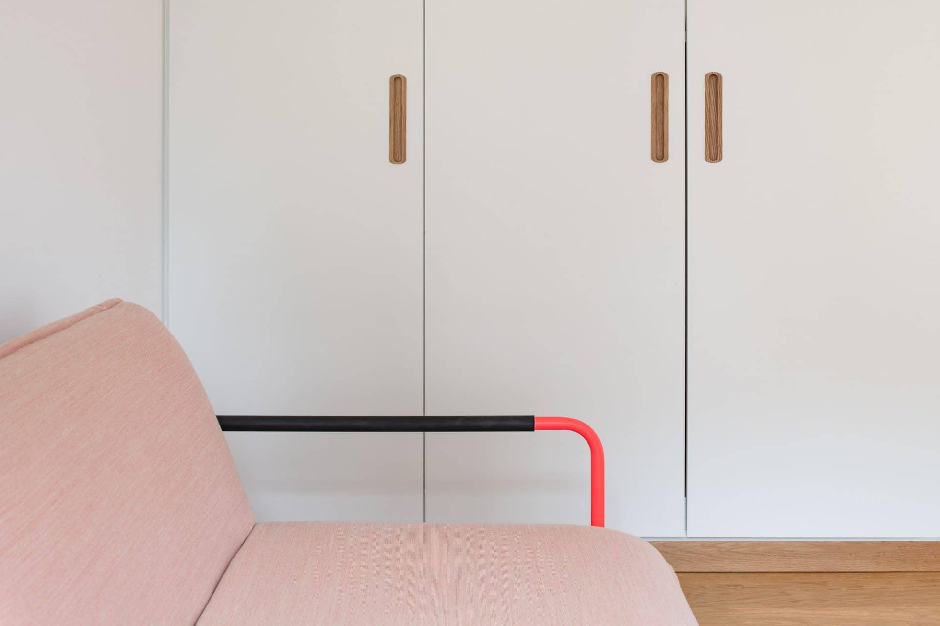 Küchendesign von VOIT aus Beton in Kombination mit Eiche Natur - Einbaukleiderschrank