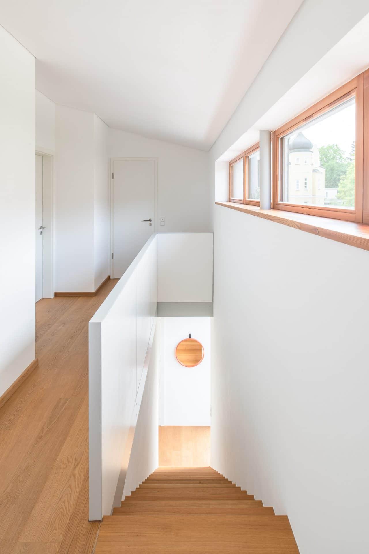 Küchendesign von VOIT aus Beton in Kombination mit Eiche Natur - Treppenaufgang