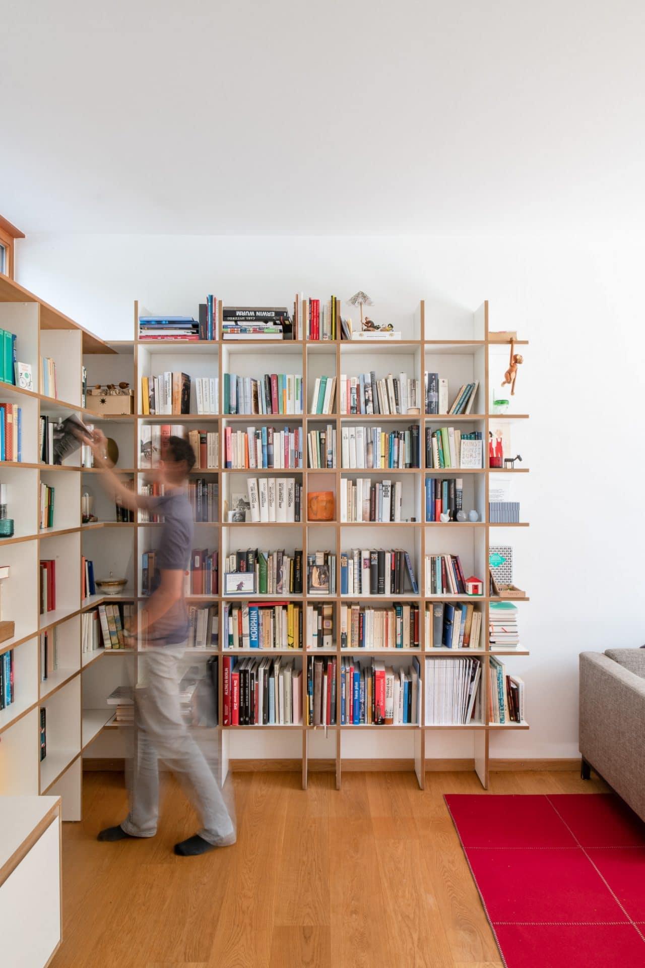 Küchendesign von VOIT aus Beton in Kombination mit Eiche Natur - Bücherregal mit Büchern