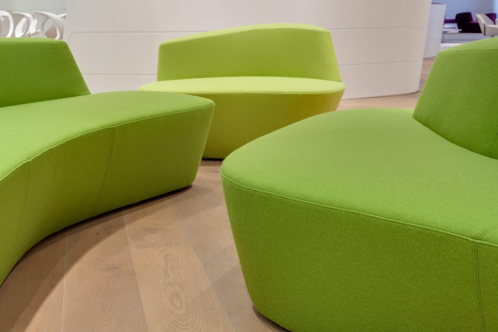 Bavaria Lounge in der Messe München, grüne Sitzmöbel in Nahaufnahme
