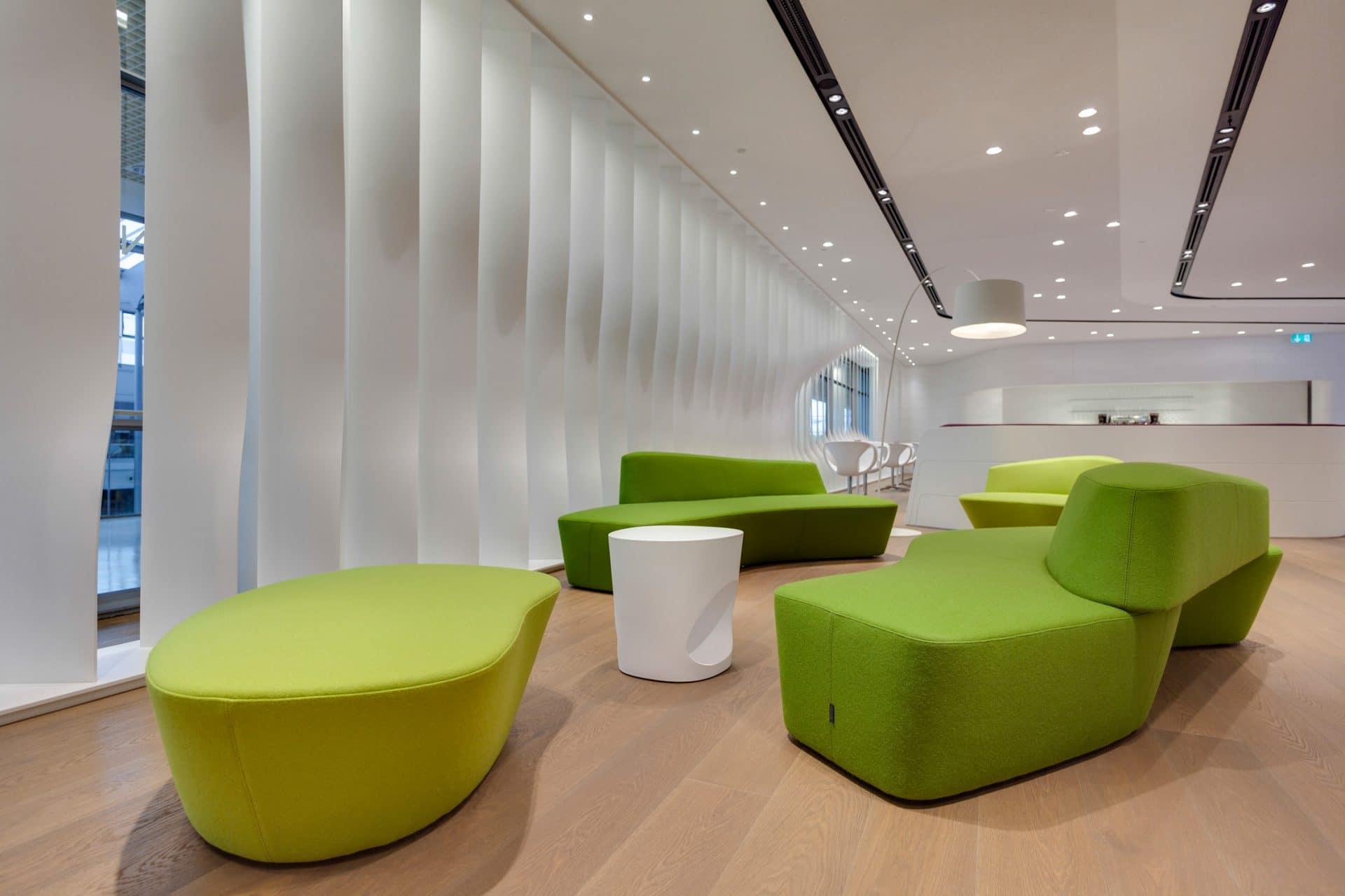 Bavaria Lounge in der Messe München, grüne Sitzmöbel, weißer Tresen und weißer Sichtschutz an den Fenstern
