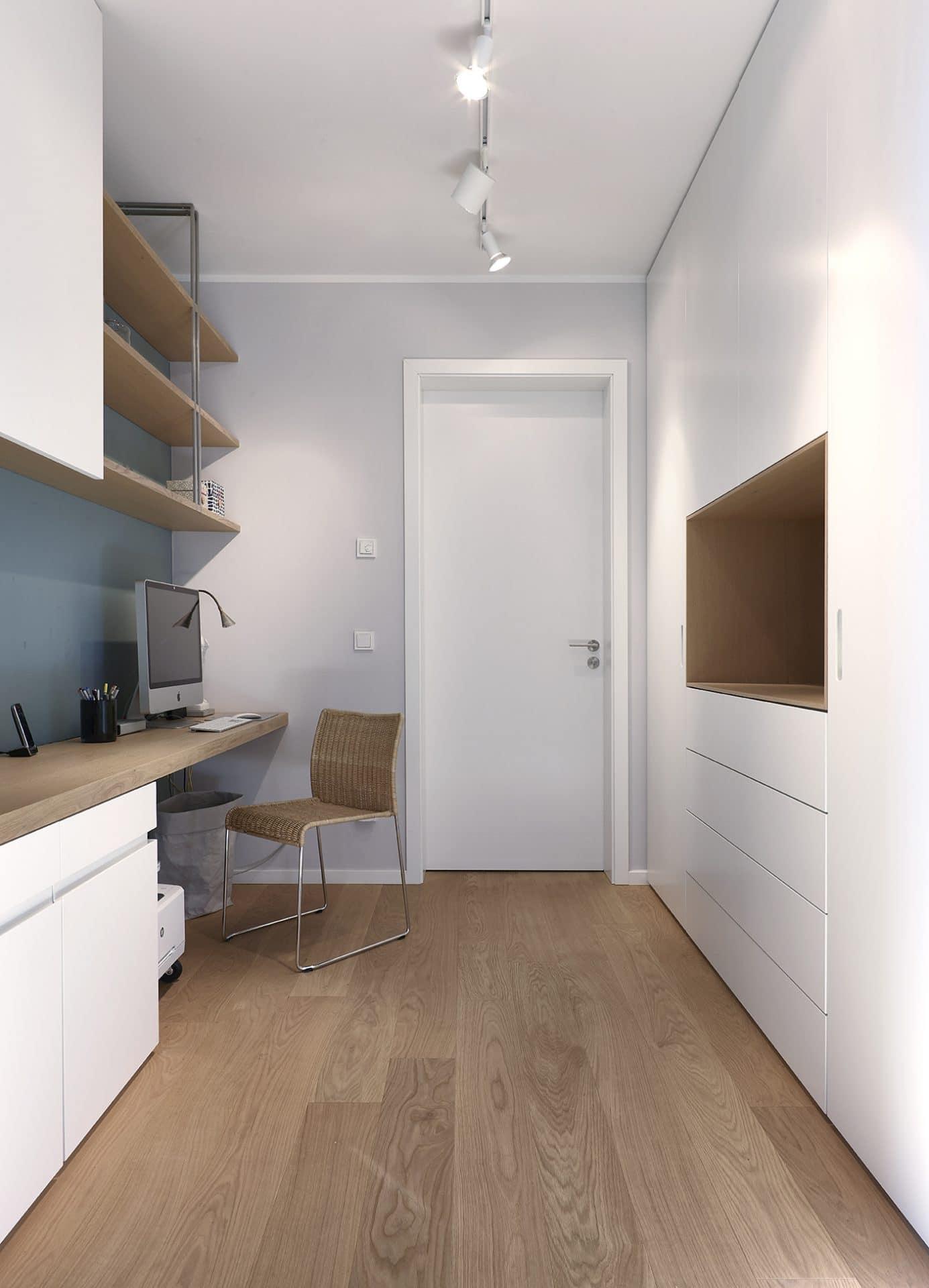 Inneneinrichtungsdesign von Voit, Küche aus Mattlack weiß, Eiche Natur Boden und Schreibtisch mit Stuhl und Computer