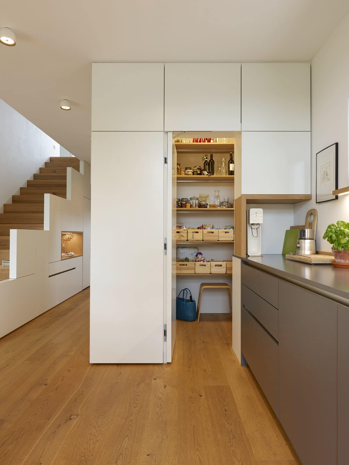 Küchendesign von VOIT in Eiche Natur mit BetonART und Edelstahl - Speisekammer geöffnet