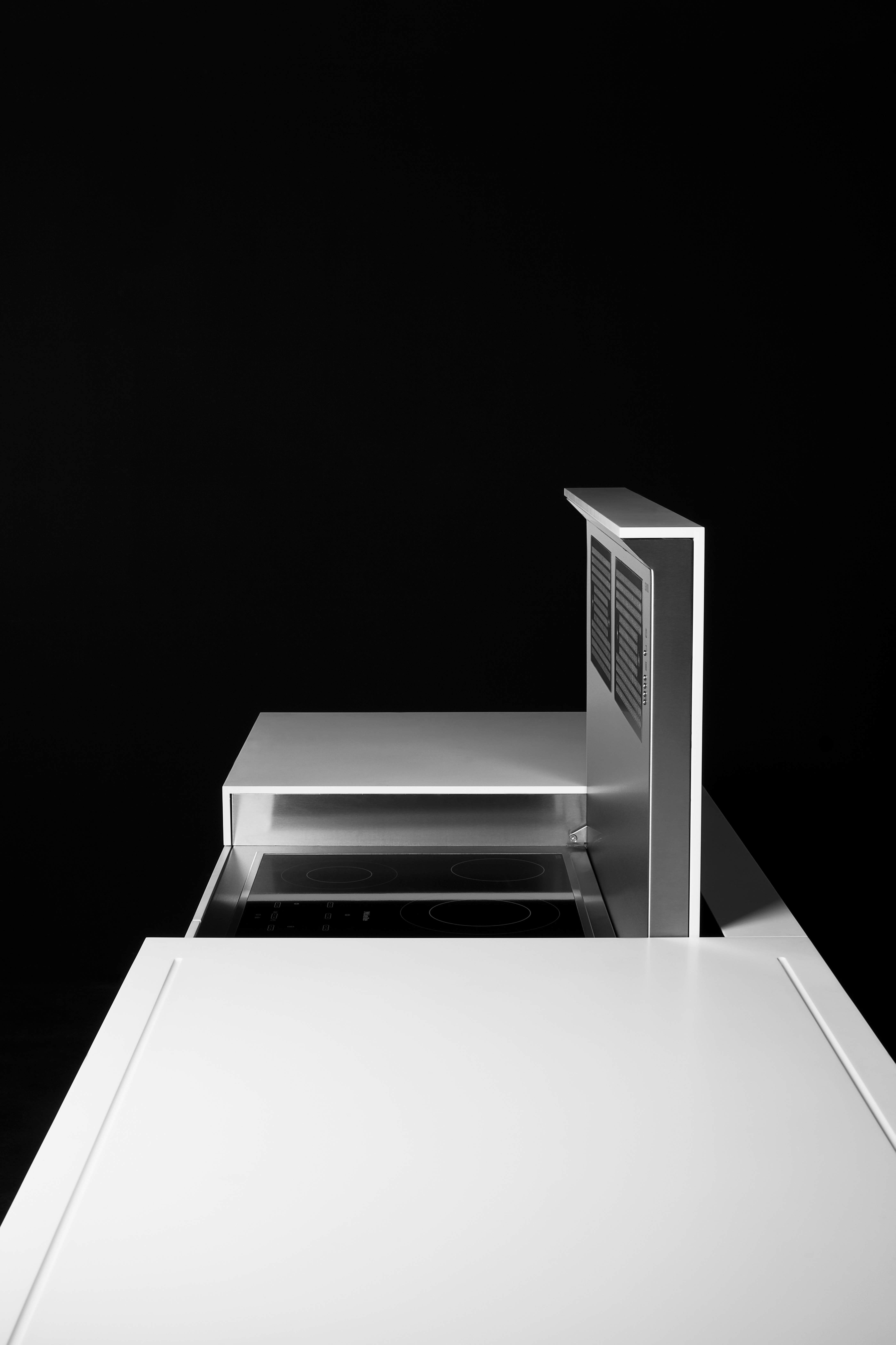 Funktionale Designabsaugung eines Kochfelds in Weiß silber
