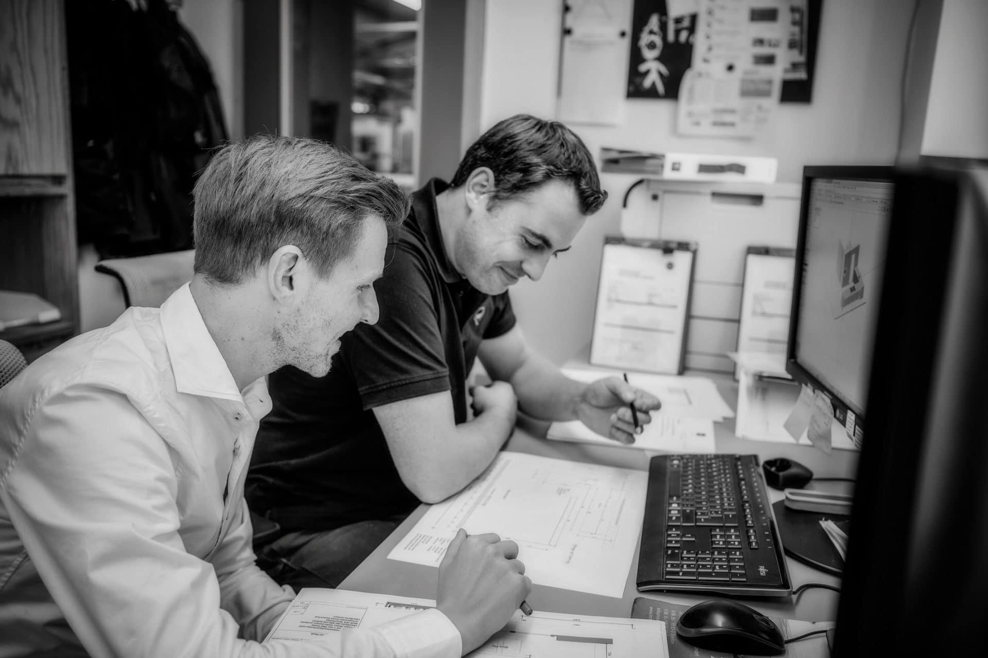 Zwei Mitarbeiter des Planungsbüros VOIT konzipieren eine maßgeschneiderte Einbaulösung
