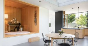 Offene Loft Küche mit Tisch und Stühlen im Vordergrund