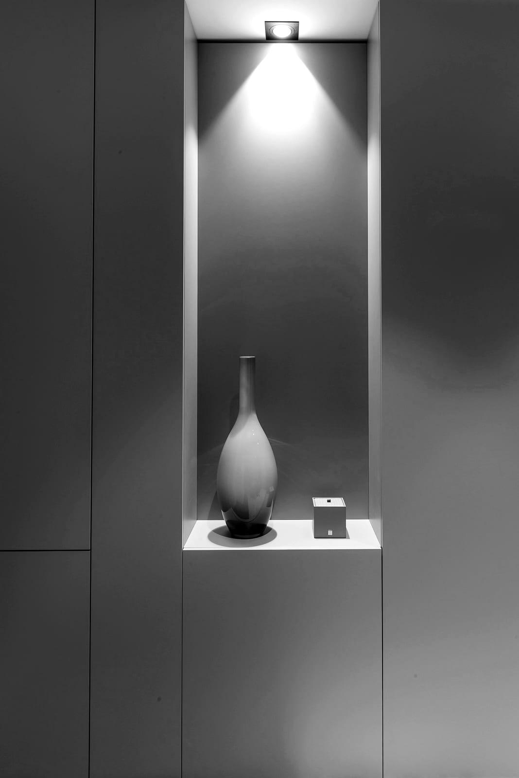 Innenarchitektur und Planung - Nische mit schwarzen Fronten und Dekoration und Lichtinstallation