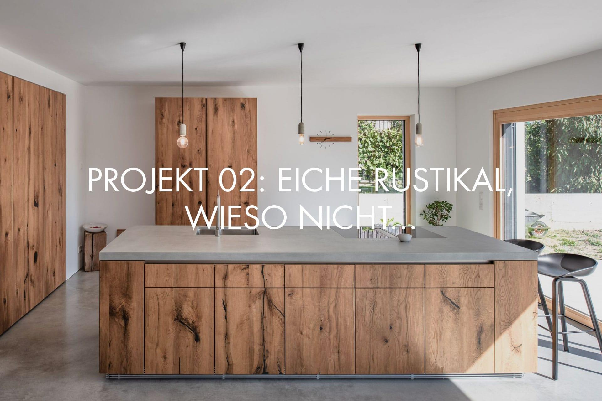 """Küchendesign von VOIT aus Eiche und Beton, im Hintergrund geschlossene Küchenschränke aus Eiche + Schriftzug im Bild """"Projekt 02: Eiche rustikal, wieso nicht..."""""""