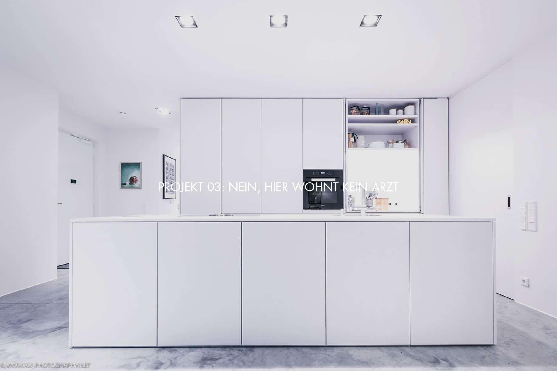 """Innenausbau Penthousewohnung von VOIT in Schlichtstoff weiß und Stahl geschwärzt + Schriftzug im Bild """"Projekt 03: NEIN, HIER WOHNT KEIN ARZT"""""""