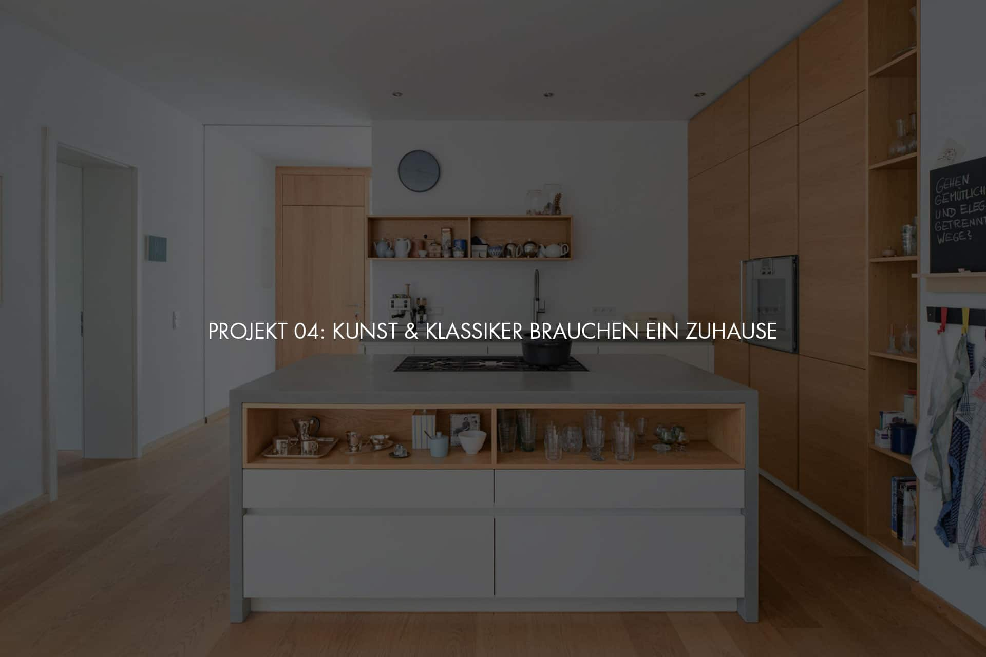 """Küchendesign von VOIT aus Beton in Kombination mit Eiche Natur Fronten und Regalen + Schriftzug im Bild """"Projekt 04: Kunst & Klassiker brauchen ein Zuhause"""""""