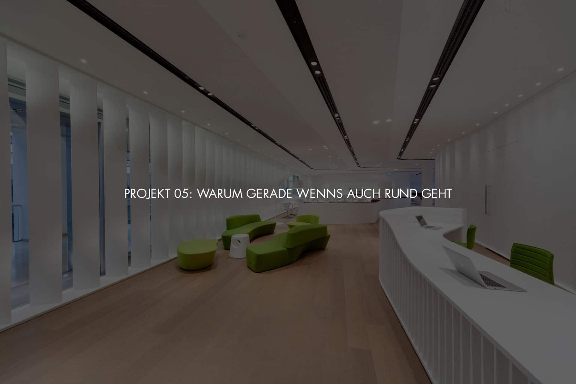 """Bavaria Lounge in der Messe München, grüne Sitzmöbel, weißer Tresen und weißer Sichtschutz an den Fenstern + Schriftzug im Bild """"Projekt 05: Warum gerade wenns auch rund geht"""""""