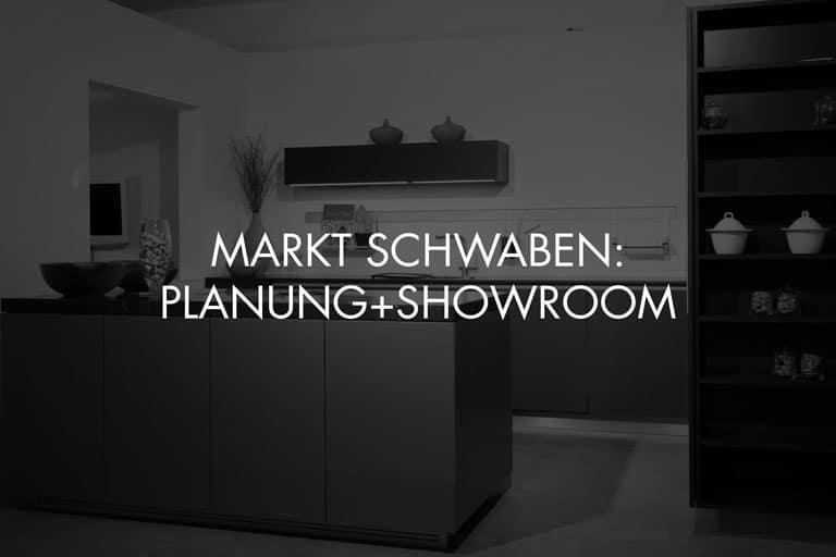 """Showroom von Schreinerei und Planungsbüro VOIT in Markt Schwaben + Schriftzug im Bild """"Markt Schwaben: Planung + Showroom"""" - Bild in schwarz-weiß"""