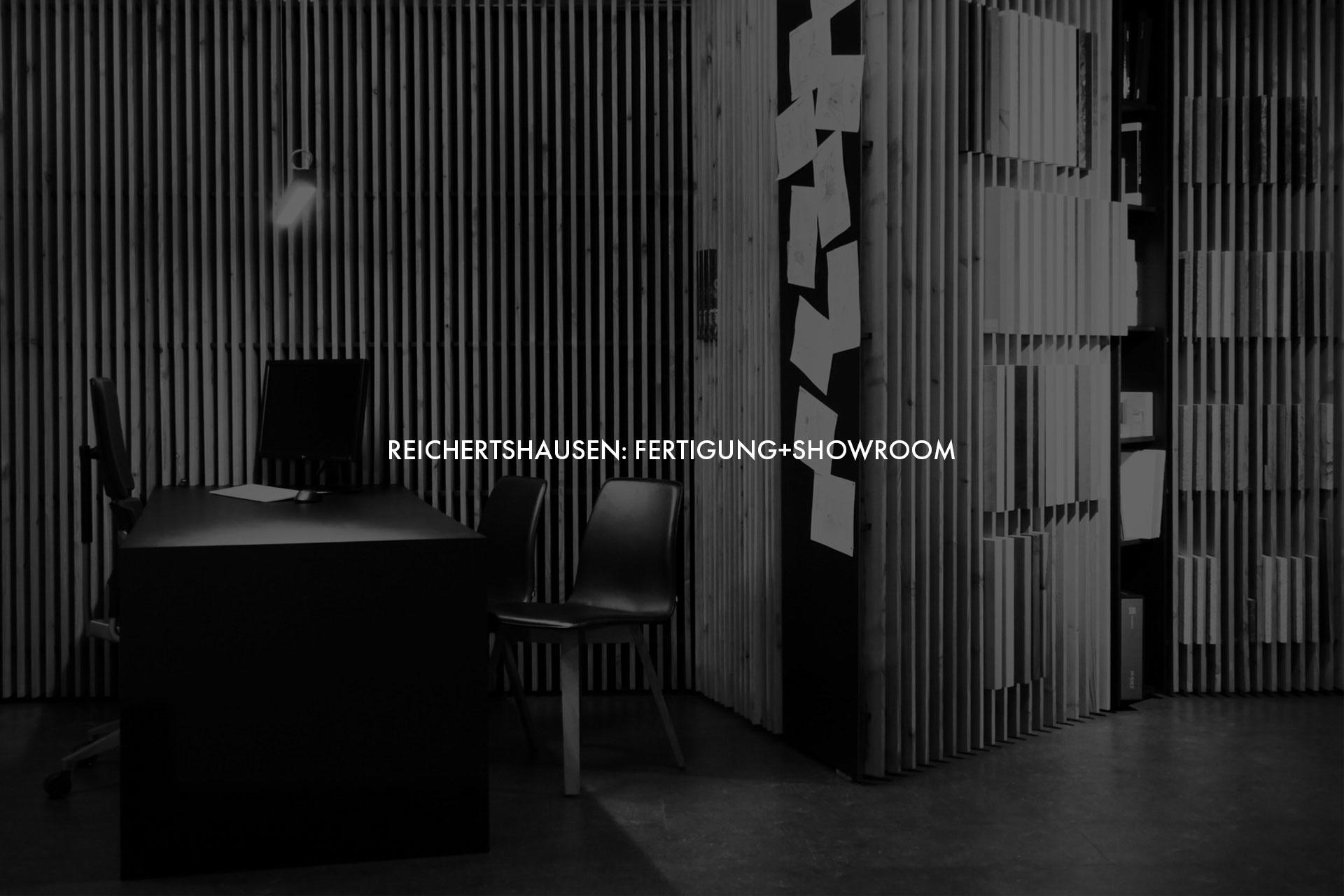 """Showroom von Schreinerei und Planungsbüro VOIT in Reichertshausen + Schriftzug im Bild """"Reichertshausen: Fertigung + Showroom"""" - Bild in schwarz-weiß"""