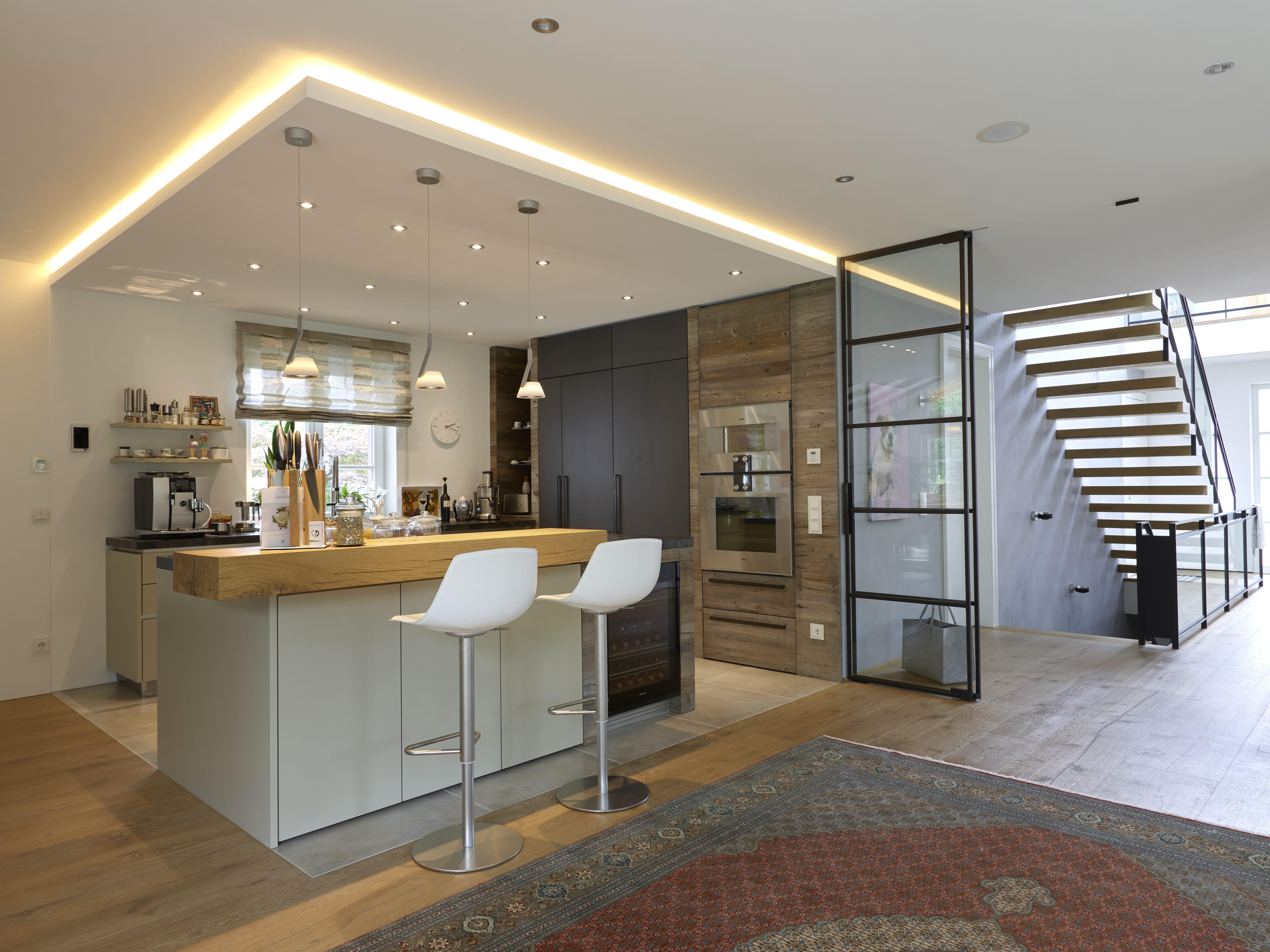 Moderne Individualküche von VOIT Planungsbüro entworfen, an der Decke Beleuchtungselemente