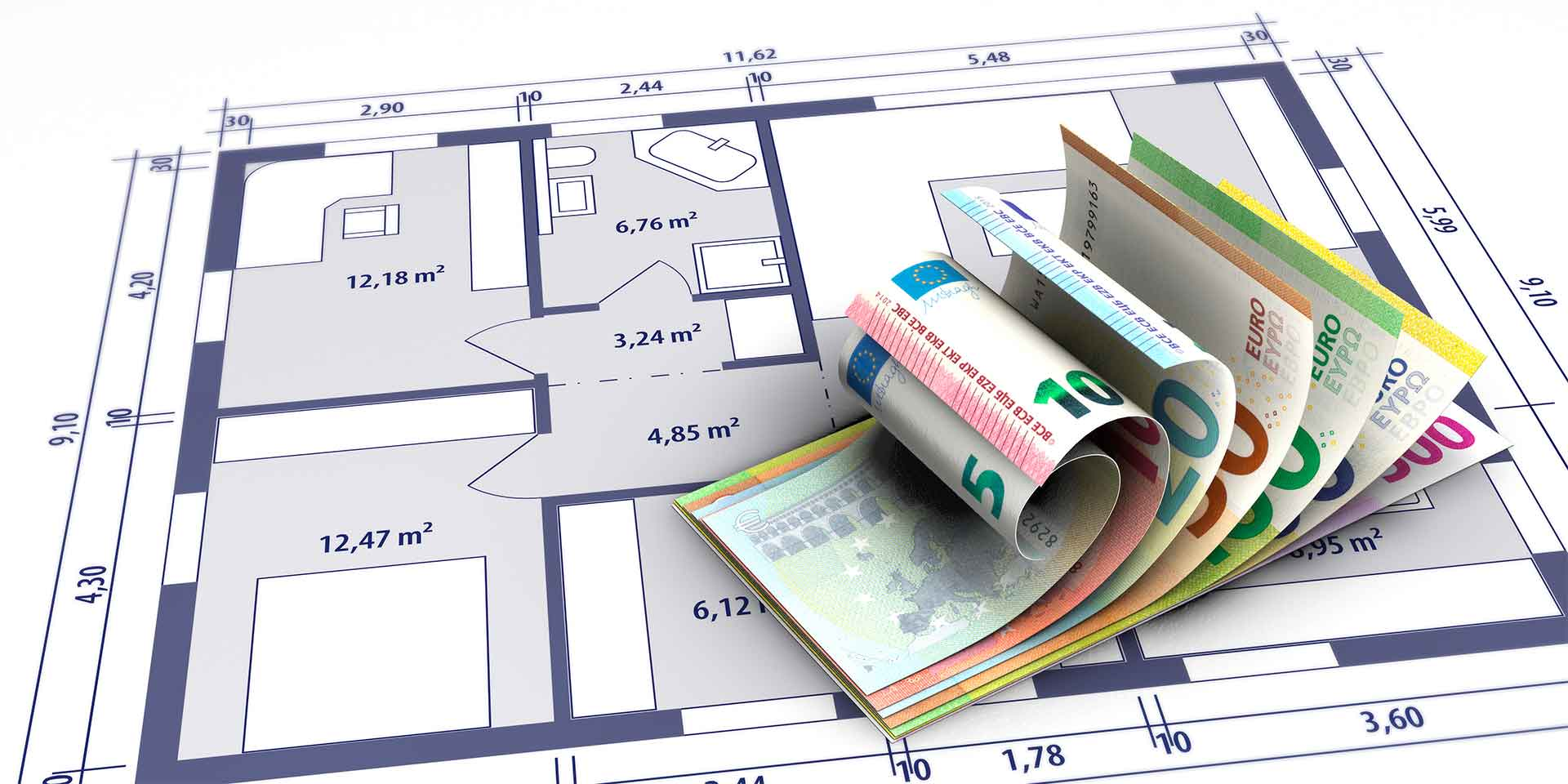 Bündel Geldscheine liegt auf einem Bauplan