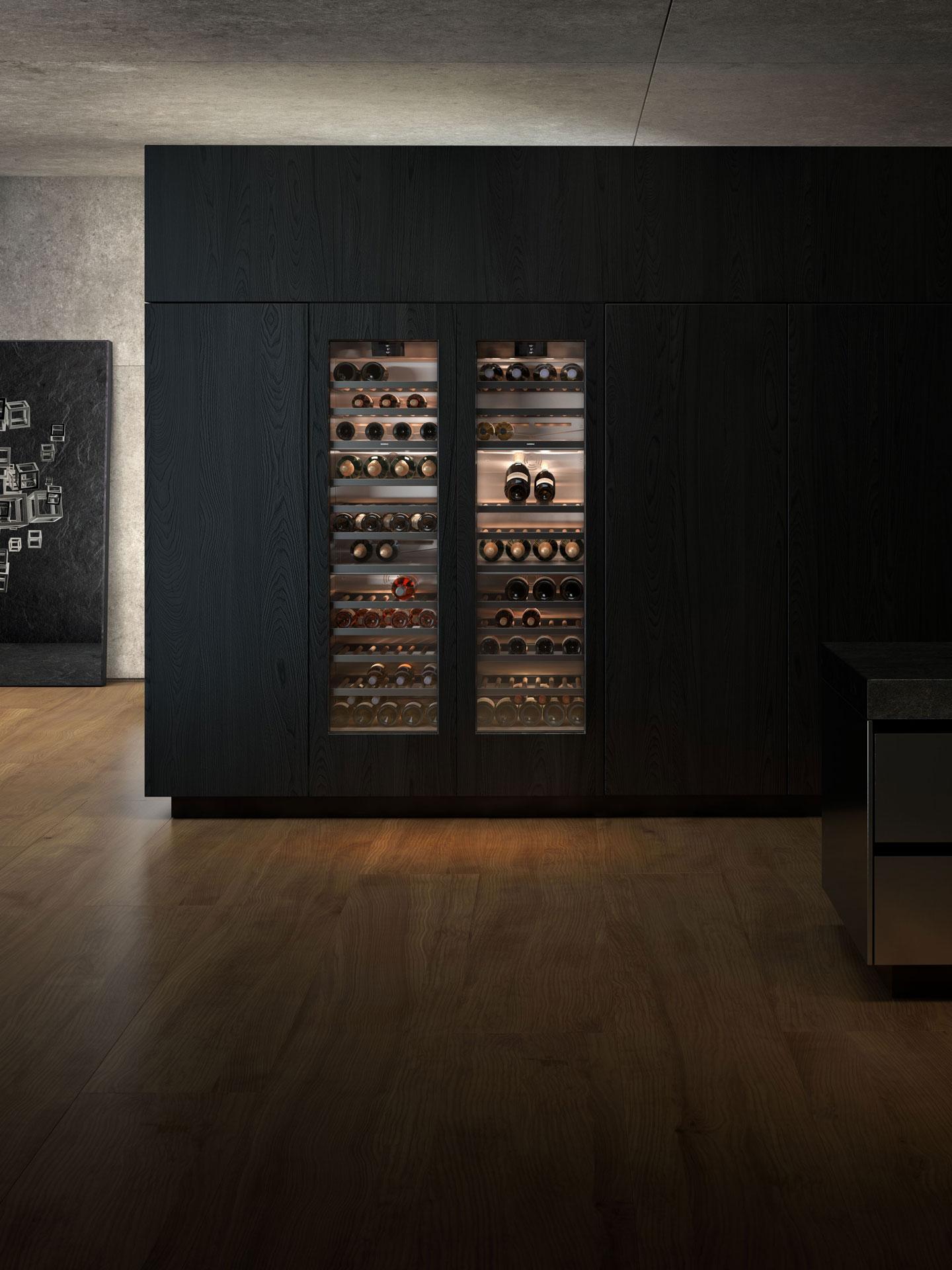Zwei Gaggenau Vario Weinkühlschrank mit Glastür Serie 400 und Weinflaschen darin