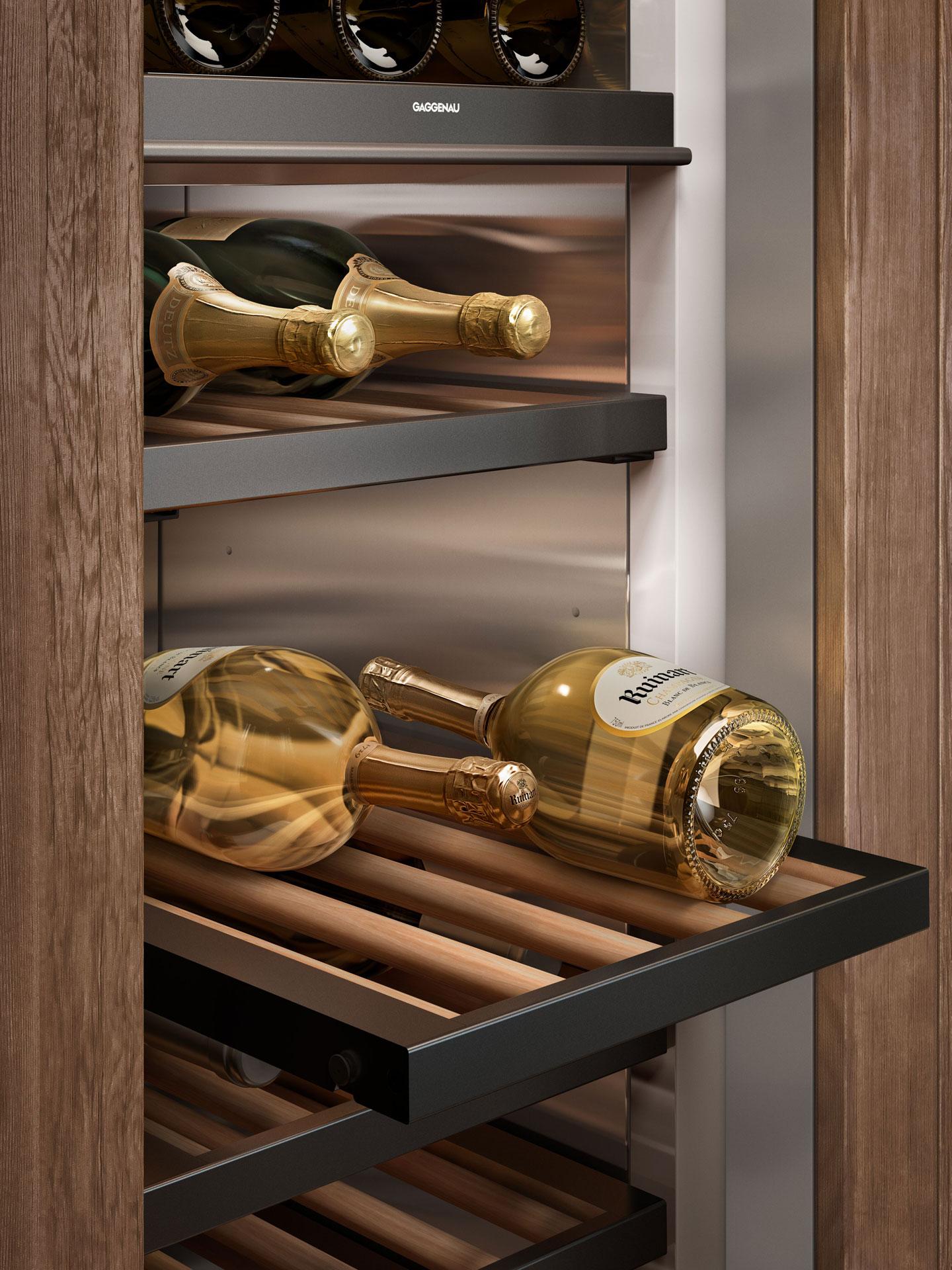 Nahaufnahme eines Gaggenau Vario Weinkühlschrank mit Glastür Serie 400 und Weinflaschen