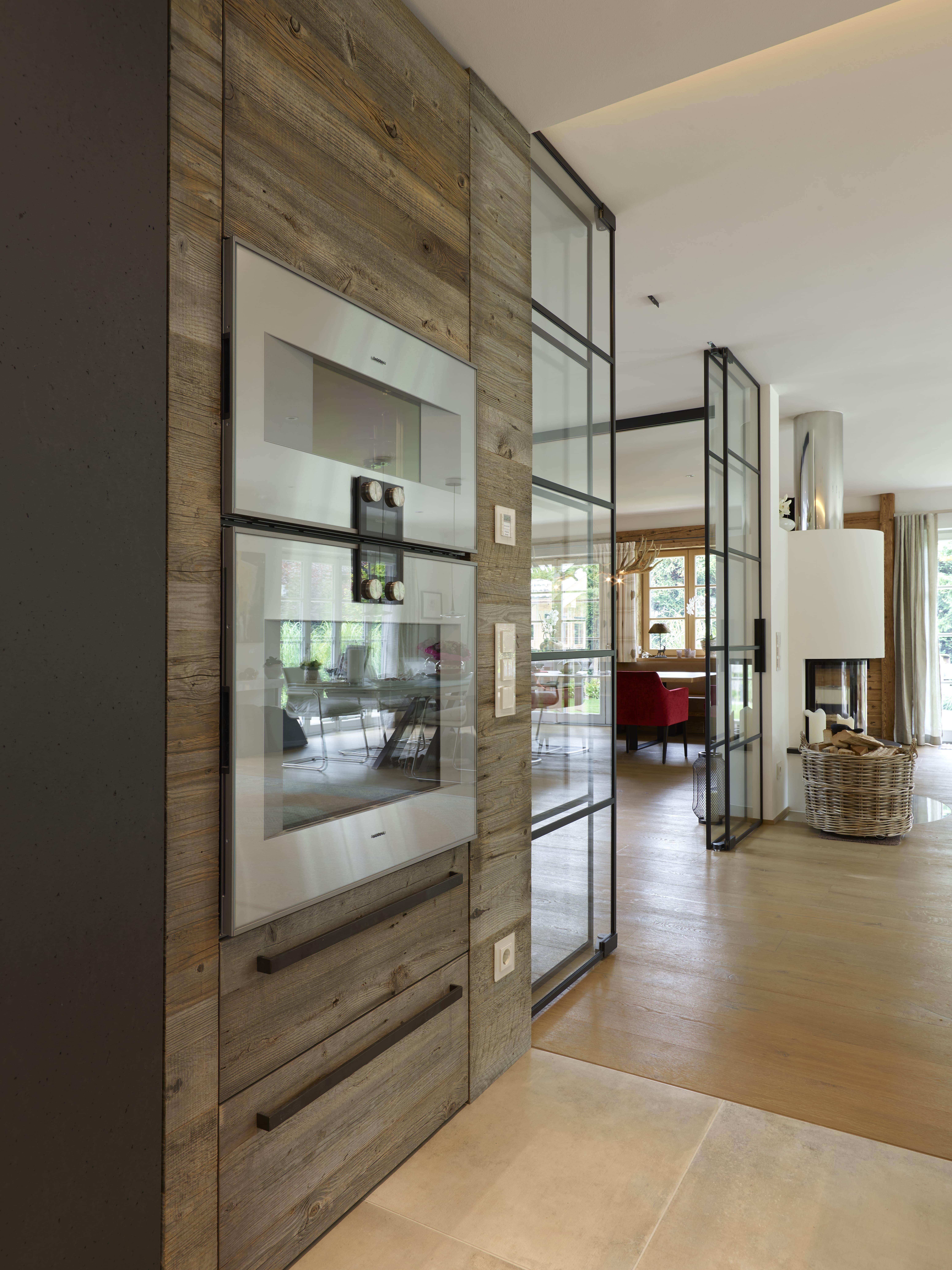 Luxusküche mit Einbaugeräten und Holz