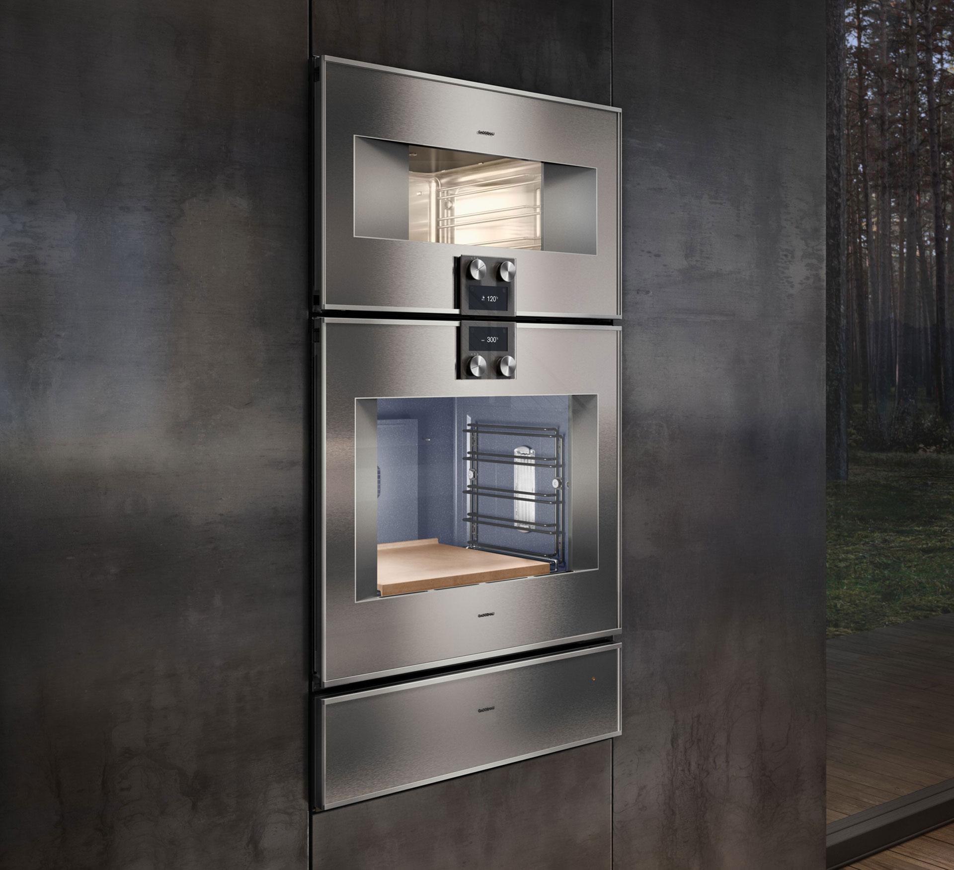 Gaggenau Dampfbackofen Serie 400 in einer dunkeln Küche verbaut