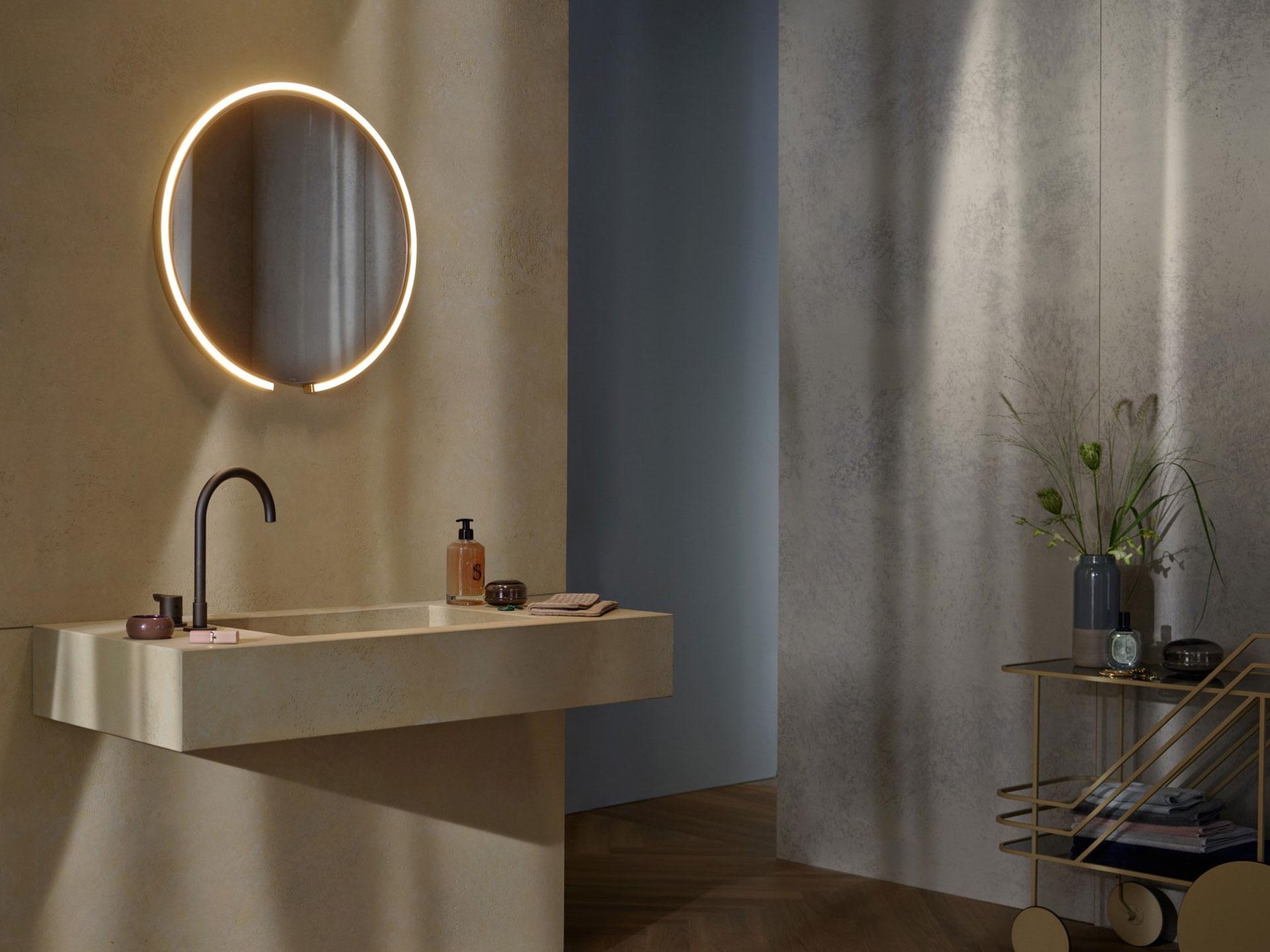 Occhio Mito sfera su Spiegelleuchte über Steinwaschbecken im Badezimmer montiert