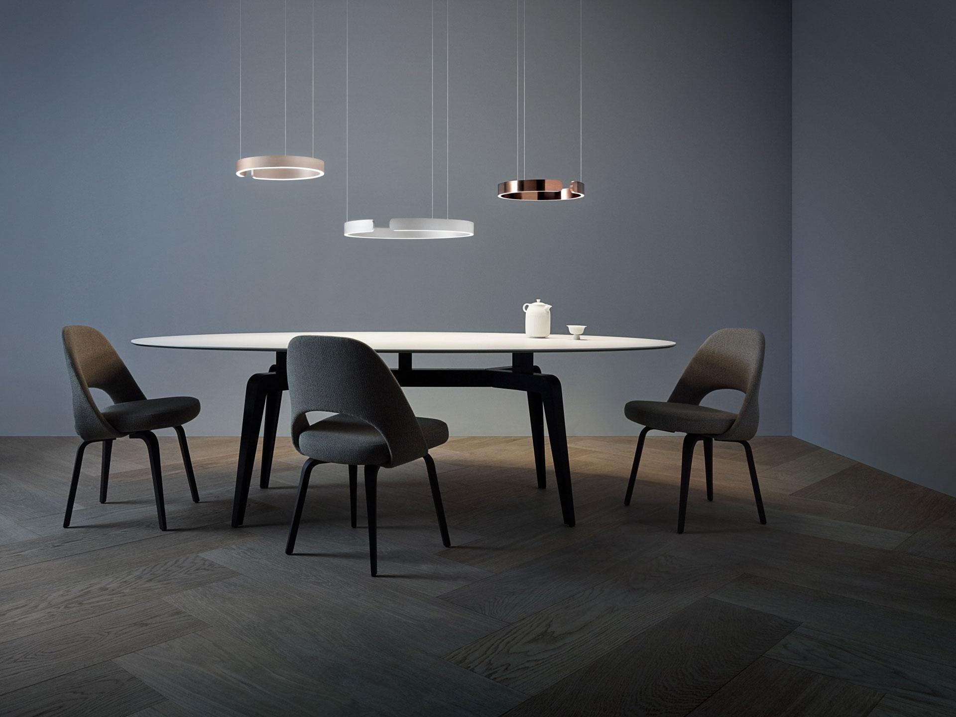 Drei unterschiedliche Occhio Mito sospeso Designer Pendelleuchten über einem Tisch hängend