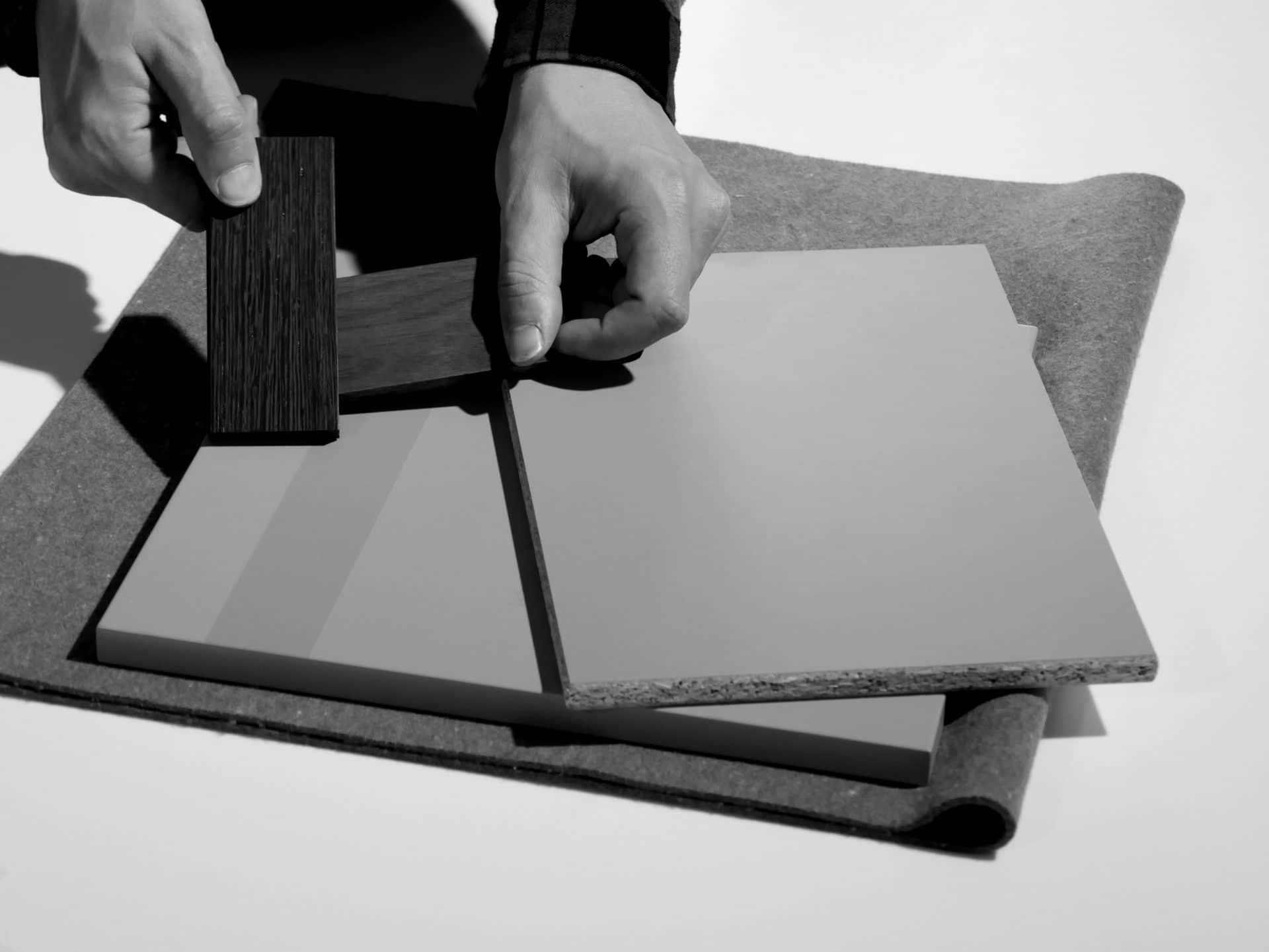 Innenarchitektur und Planung - Innenarchitekt präsentiert verschiedene Muster Materialien für eine neue Innneneinrichtung