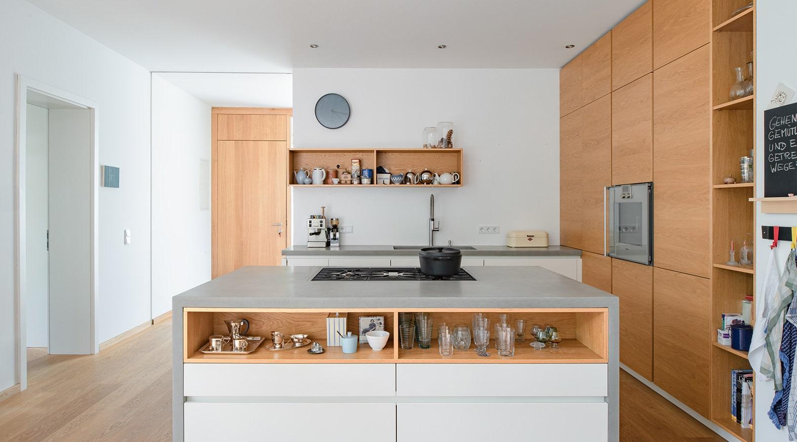 Küchendesign von VOIT in Eiche Natur mit weißen Mattlack Fronten und Edelstahl - Weiß graue Fronten und Beton Arbeitsplatte